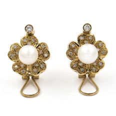 18 kt (750/1000) yellow gold earrings with flower design, brilliant cut diamonds totalling 0.90 ct and Akoya cultured pearl - earring diameter 17.20mm.