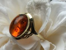 Vintage yellow gold ring with cabochon cut amber