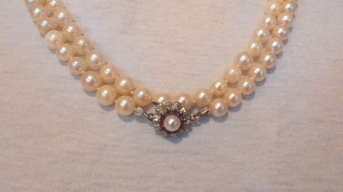 Akoya cultivated pearl necklace with a 585 white gold clasp with 10 rubies and a small pearl