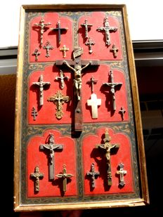 Collection of 24 crucifixes of different sizes and materials between the 18th and 20th centuries. Exposed in a hand painted wooden box (435 x 245 mm) (24)