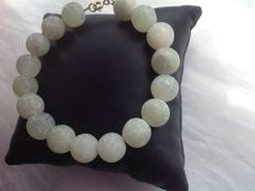 Bracelet made of Sculptured Chinese Jade, 28 grams. Length 20 cm. With Yellow gold, 18 kt/750. Clasp.