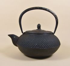 Cast iron teapot ('tetsubin') - Japan - ca 1970 (Showa period)