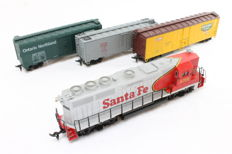 Bachmann/Athearn H0 - Diesel locomotive 'Santa Fe' with 3 freight wagons of the USA