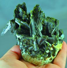 Terminated Green Epidot Crystals Cluster - 111 x 80 x 65 mm - 494gm