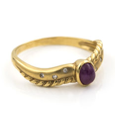 18 kt yellow gold – Cocktail ring –  Brilliant-cut diamonds –  Oval cabochon-cut rubies – Inner ring diameter: 17.95 mm
