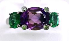 18 kt gold ring with amethyst (1.40 ct), emeralds (0.60 ct) and diamonds (0.08 ct) - size 16.3 mm