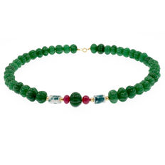 18k/750 yellow gold necklace with emeralds, rubies and porcelain  - Length 51 cm