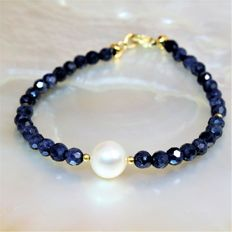 Bracelet in 18 kt yellow gold with precious facetted sapphire stones and freshwater round pearls Ø 8.5 x 9 mm