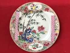 "Famille rose ""Romance of the Western Chamber"" plate - China - ca. 1730 (Yongzheng period)"