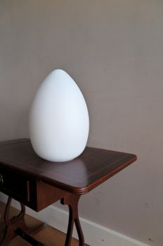 Verrerie de Vianne – Milk glass lamp in egg shape