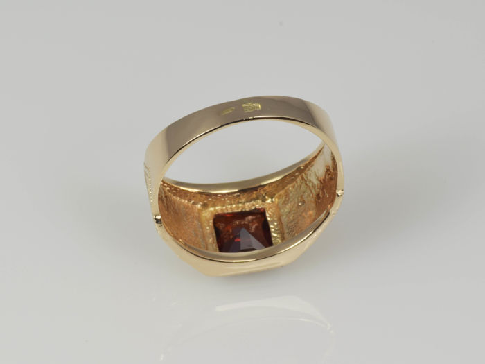 14 kt gold ring with garnet size 61 no reserve price
