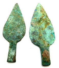 Pair of 2 leaf-shaped Bronze Age Arrow Heads with smooth green patina - 64-68 mm (2)
