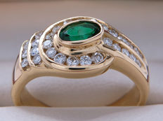 Certified gold ring with diamonds and emerald - 1.10 carat in total - Size: 16.82 mm - **No reserve**