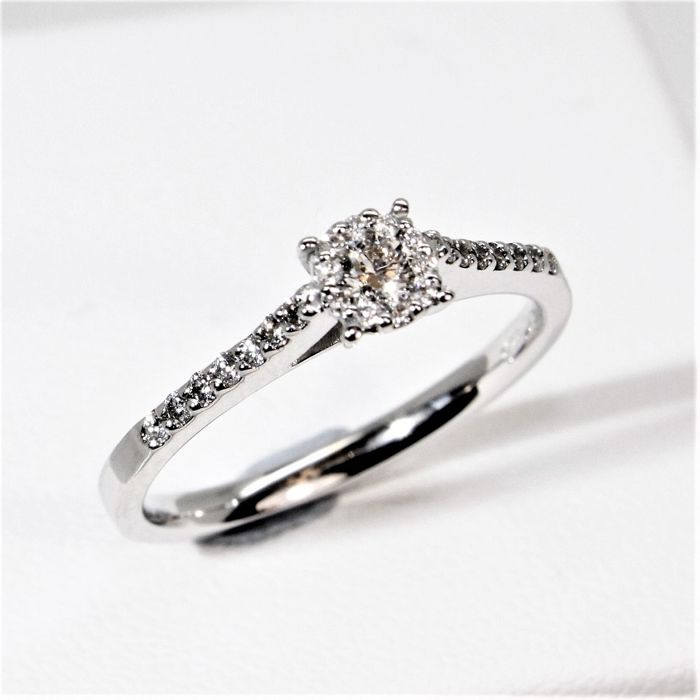 Engagement ring in 750 white gold set with 25 diamonds, with a total of 0.25 ct (G/VS) - size 52
