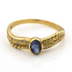18 kt yellow gold –  Cocktail ring –  Brilliant-cut diamonds –  Oval cabochon-cut sapphire –  Inner ring diameter: 18.40 mm
