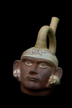 Moche Portrait Head Stirrup Vessel - 21,50 x 14,50 x 18,00 cm.