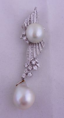 Brooch (can be used as a pendant) with double pearl and single cut diamonds – Ca. 1930