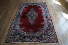 KERMAN, A hand-knotted, palace Persian rug. 255 x 151 cm. Of high quality. Iran. About 1960. Very good condition.