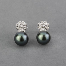 White gold flower shaped earrings with brilliant cut diamonds and Tahitian pearls - Pearl diameter 11.90mm.