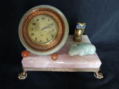 Chinoiserie Art Deco clock of pink quartz base with jadeite buffalo