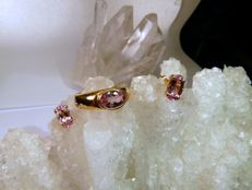 Jewellery set with a ring and earrings in 18 kt yellow gold with pink topaz - Measurements: 23 mm - Width: 20 mm - Inner diameter: 16.2 mm