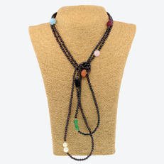 18kt/750 yellow gold – Long necklace with garnet and multi gemstones – Length: 150 cm.