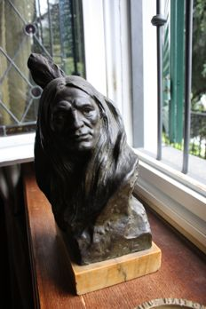 Bronze bust of a Native American on a marble base - Italy - indistinctly signed - ca. 1900