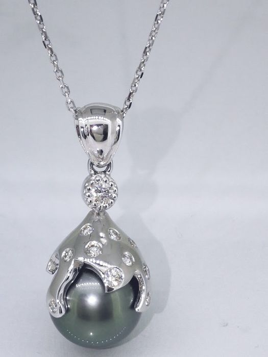 14 kt White gold pendant set with a Tahiti pearl and 11 cut diamonds, in total 0.30 ct, length 40 cm