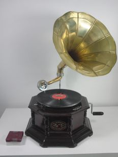 Gramophone in wooden casing - copper horn - Grammophone Sound Master