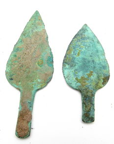 Pair of 2 leaf-shaped Bronze Age Arrow Heads with smooth green patina - 60-72 mm (2)