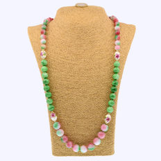18k/750 yellow gold necklace with jade and porcelain - Length, 82 cm.