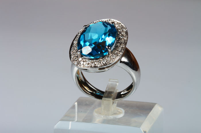 Ring in 18 kt white gold with light blue topaz and 0.80 ct diamonds