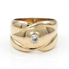Heavy 18 kt yellow gold ring. Vintage style with embedded brilliant-cut diamond of 0.40 ct.