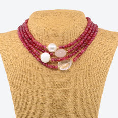 18kt/750 yellow gold – Long necklace with rubies and multi gemstones – Length 160 cm.