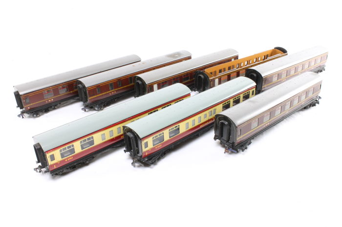 Track 00 - Hornby Dublo - 8 Tinplate carriages