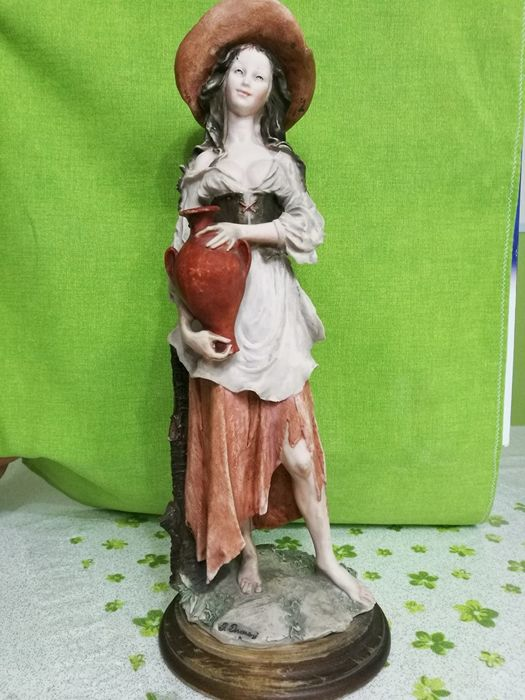 Gorgeous figurine in Capodimonte porcelain by the artist Giuseppe Armani