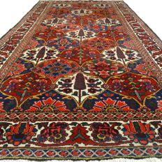 "BAKHTIAR - Iran - 318 x 168 cm. - ""Persian carpet with floral patterns"" - Second half of the previous century"