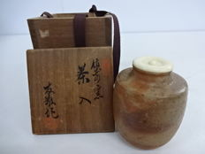 "Antique Bizen-ware tea caddy (cha-ire) with fine lid - signed on box ""Yūkei""  - Japan - Mid 20th century"