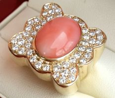 Gold ring with pink coral, 7 ct, and 48 diamonds, approx. 4.25 ct. Size: O (UK) / 7 (US) / 17.5