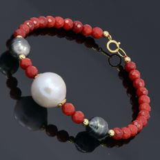 18kt/750 yellow gold bracelet with coral, cultured South Sea pearl and Tahitian pearls – Length 21 cm.
