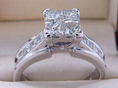 Certified white gold diamond entourage ring – 1.54 ct – 4 large princess cut centre stones