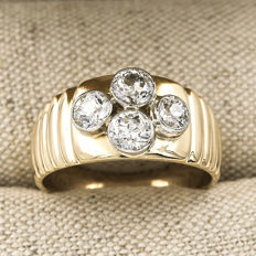 Wide ring with heavy 18 kt bicolour gold mount set with four old cut diamonds of 1.6 ct. Ring size: 20 (ES).