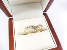 ring made of  18 K yellow gold - size 55 1/2 - 33 ct  D/ VS1  7 round diamonds