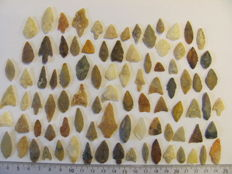 90 x Neolithic arrowheads - 14/33 mm (90)