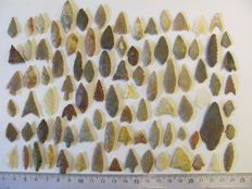 90 x Neolithic arrowheads - 10/45 mm (90)