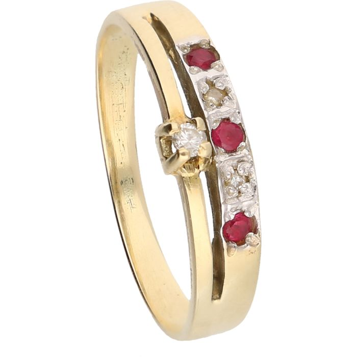 14 kt – Yellow gold ring set with three brilliant cut rubies and three brilliant cut diamonds, approx. 0.03 ct in total – Ring size: 17.75 mm