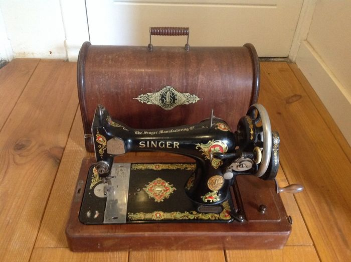 Singer sewing machine 128K with wooden lid, 1916