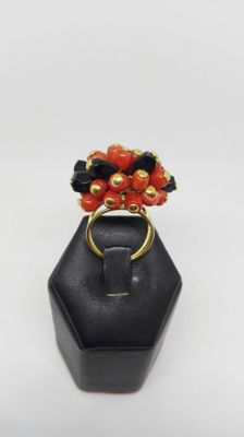 Ring in 18 kt gold with coral and onyx – size 15