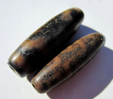 Lot of two agate beads - 5 and 9 eyes - Tibet - Late 20th century