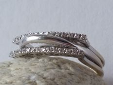 18 kt white gold ring with 30 diamonds.